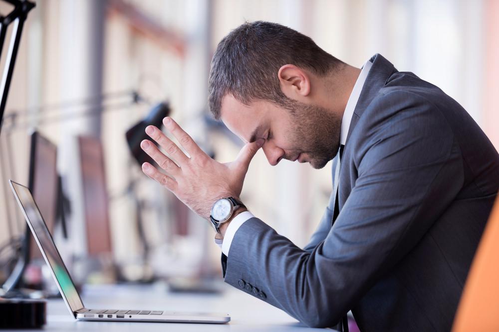 Frustrato giovani business man