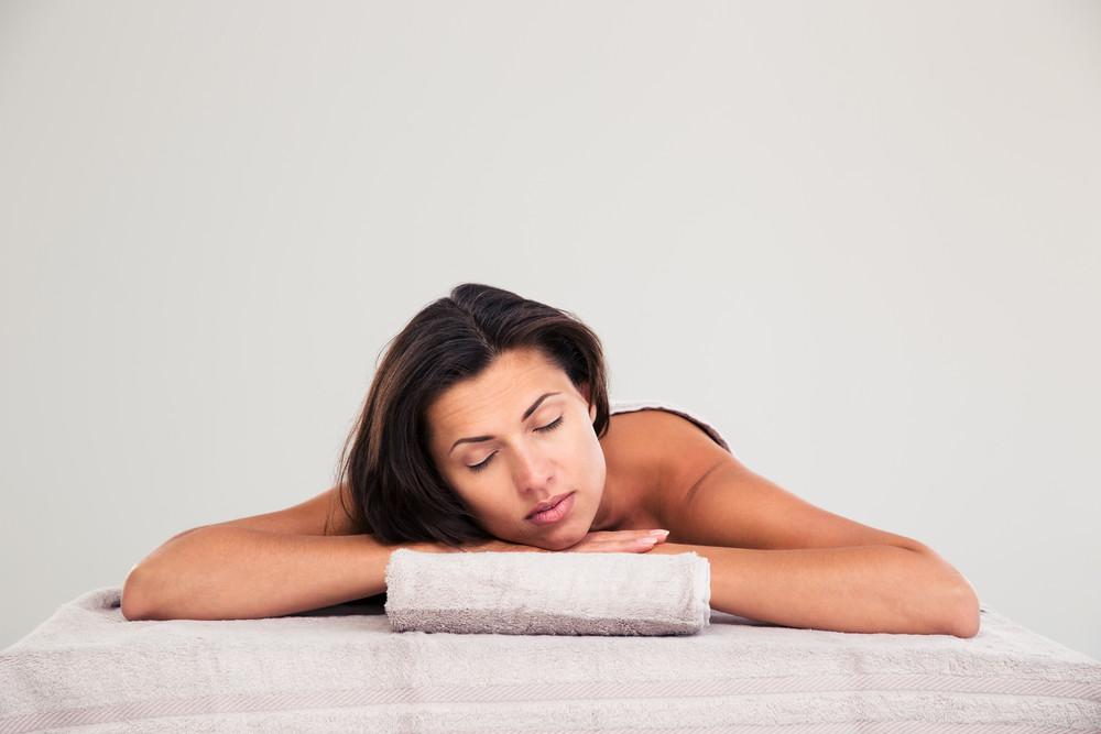 Donna sdraiata sul lettino da massaggio in un centro benessere