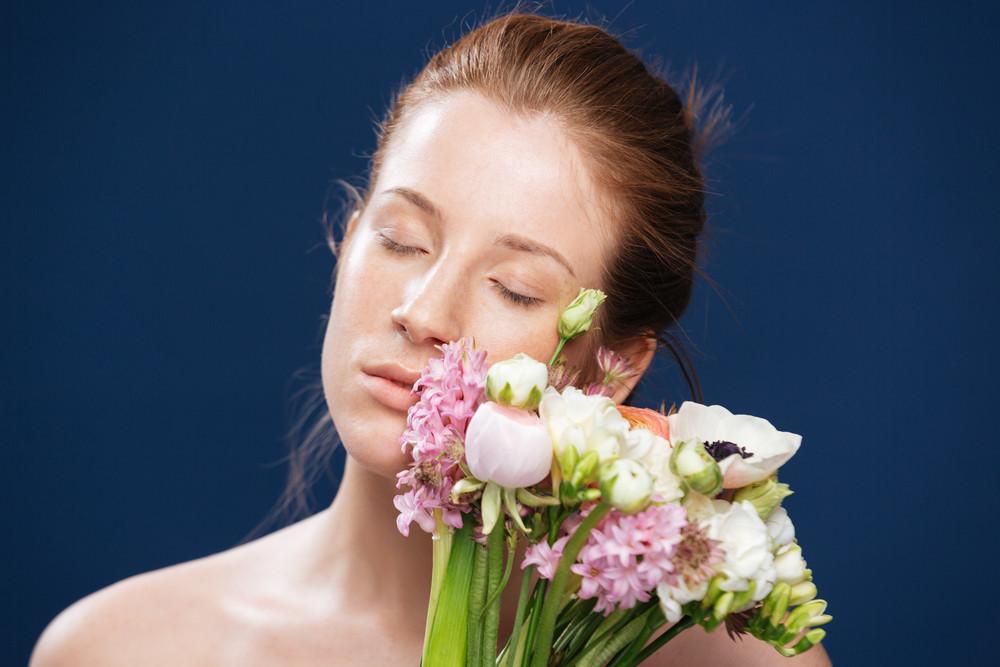 輕鬆的女人手捧鮮花
