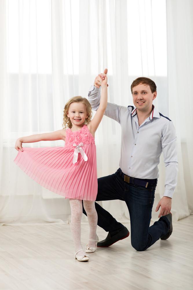 dança princesa pequena com o pai