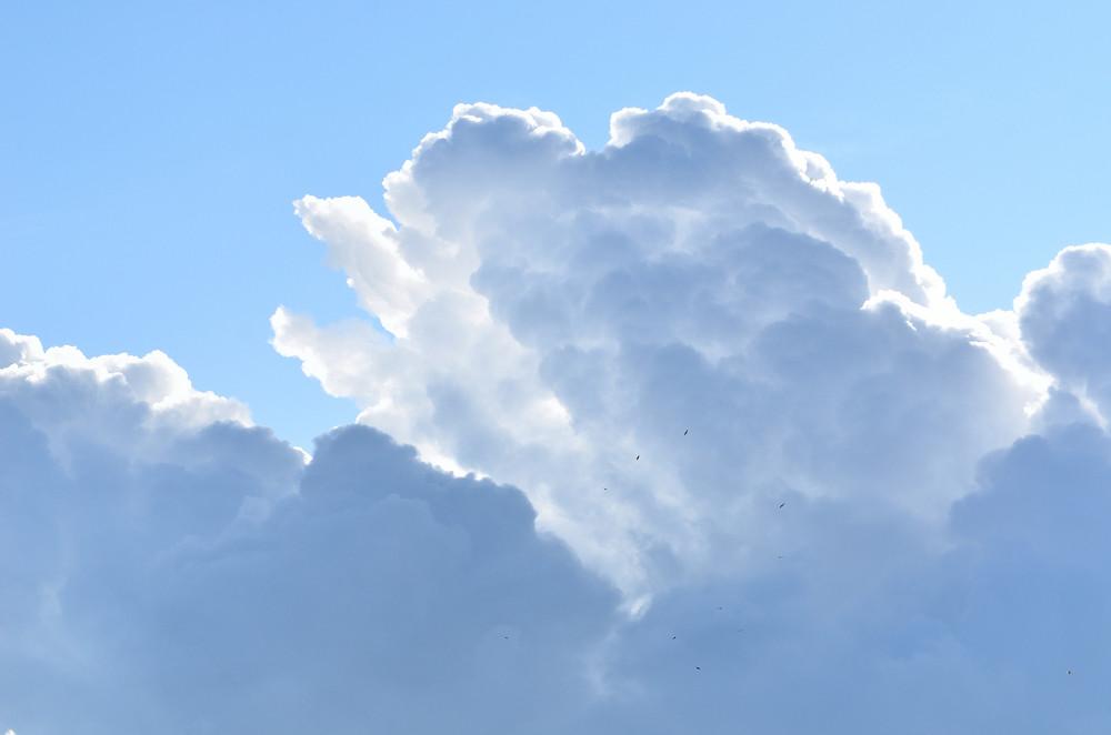 Klassische Wolkengebilde. Blauer Himmel Mit Zier Wolken