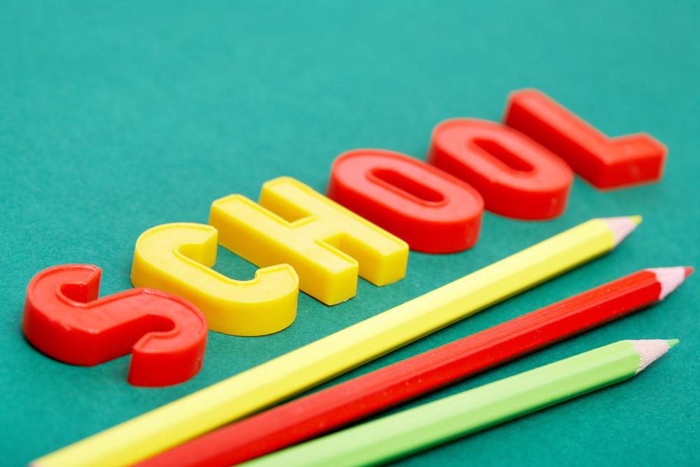 Imagem da Palavra ‰ Û ÷ ‰ escola Ûª Com Três Lápis Coloridos Abaixo