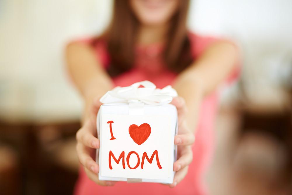 Close-up Das Mãos menina, segurando Giftbox For Mom