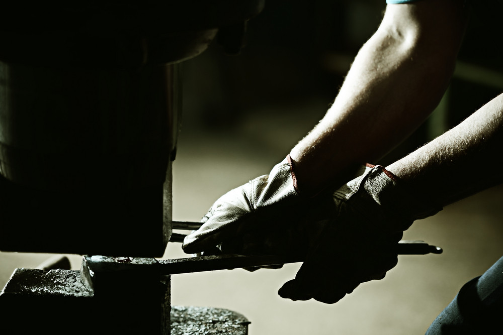 Iron casting process with high temperature fire in old metal part factory