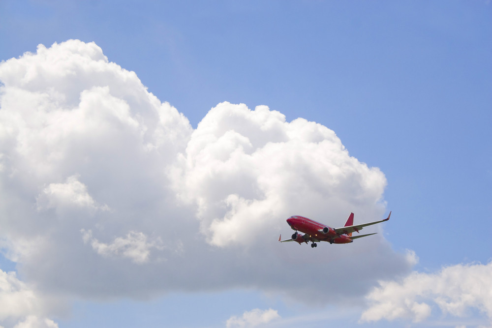 A commercial passenger plane in its descent to land.