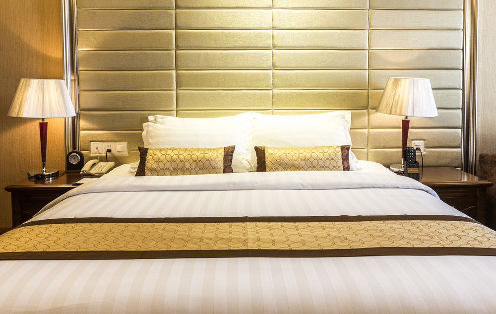 夜はホテルの部屋のベッド