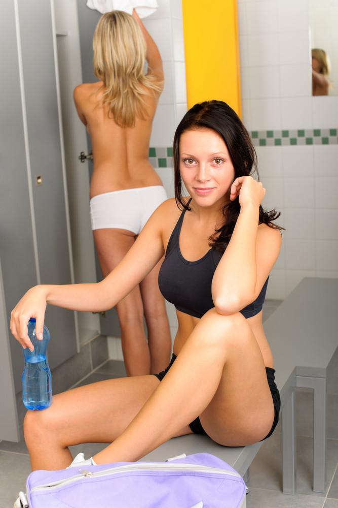 Русские девки в раздевалках и бане блондинка порно ролики