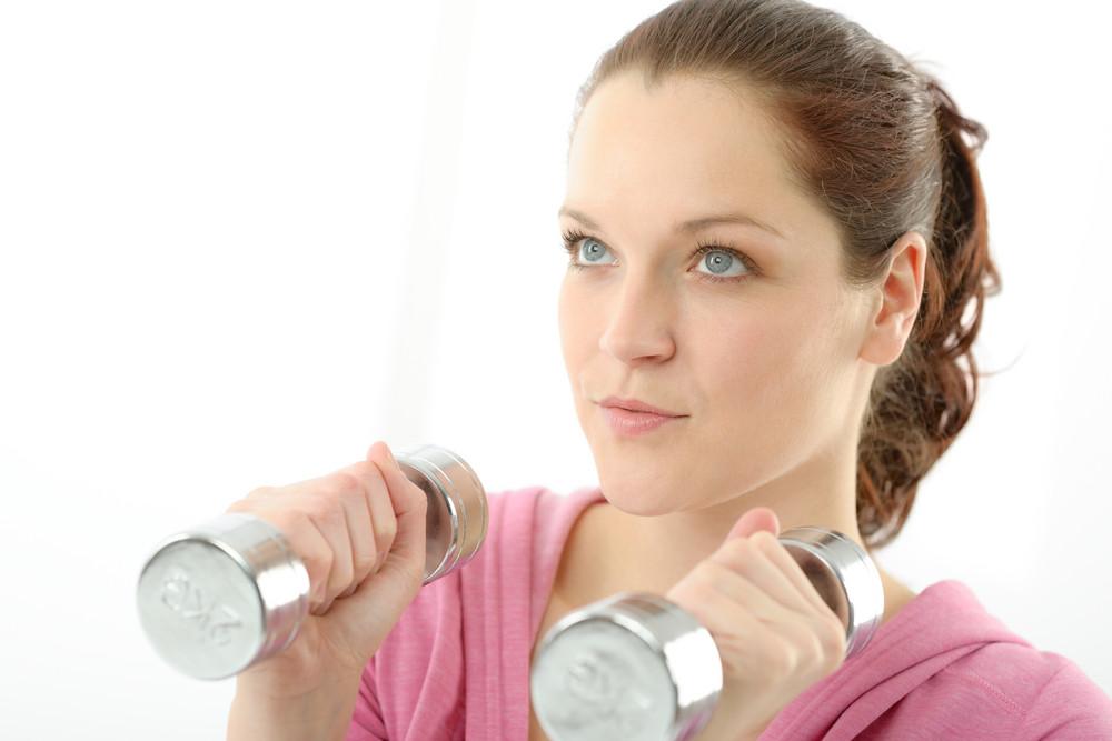 健身快樂的女人運動在白色背景啞鈴