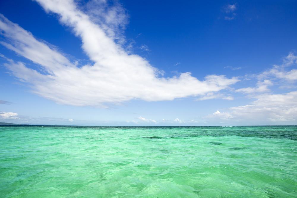 , águas tropicais claras sob um céu azul
