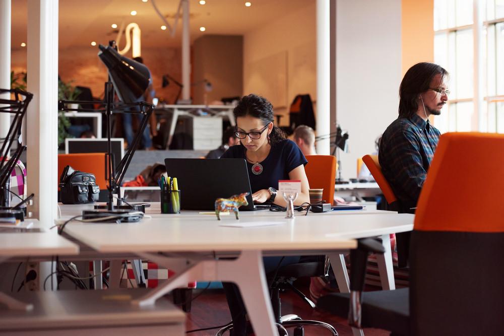 현대 사무실에서 여자에 근무하는 노트북 컴퓨터