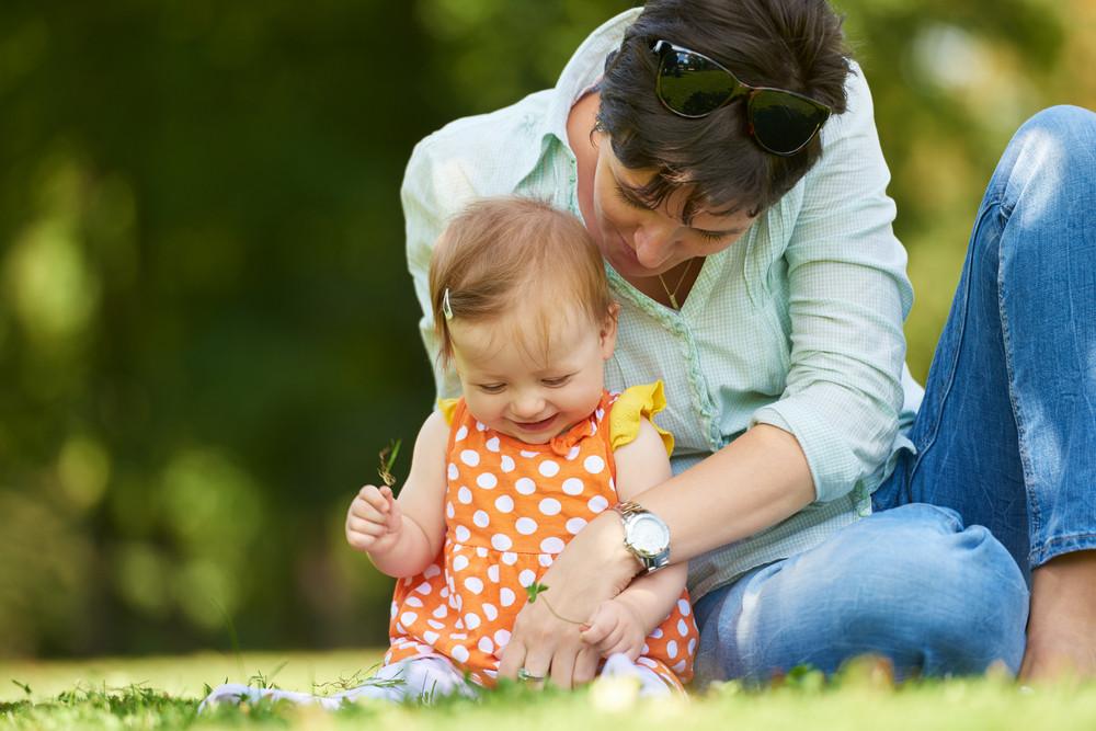 Mãe e bebê no parque