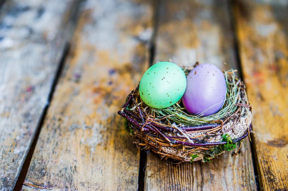 復活節蛋巢在質樸的木製背景