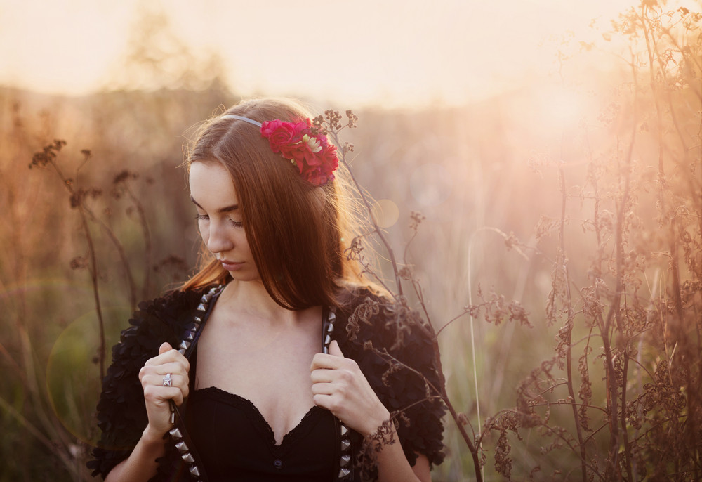 Outdoor portrait of beutiful woman in autumn meadow