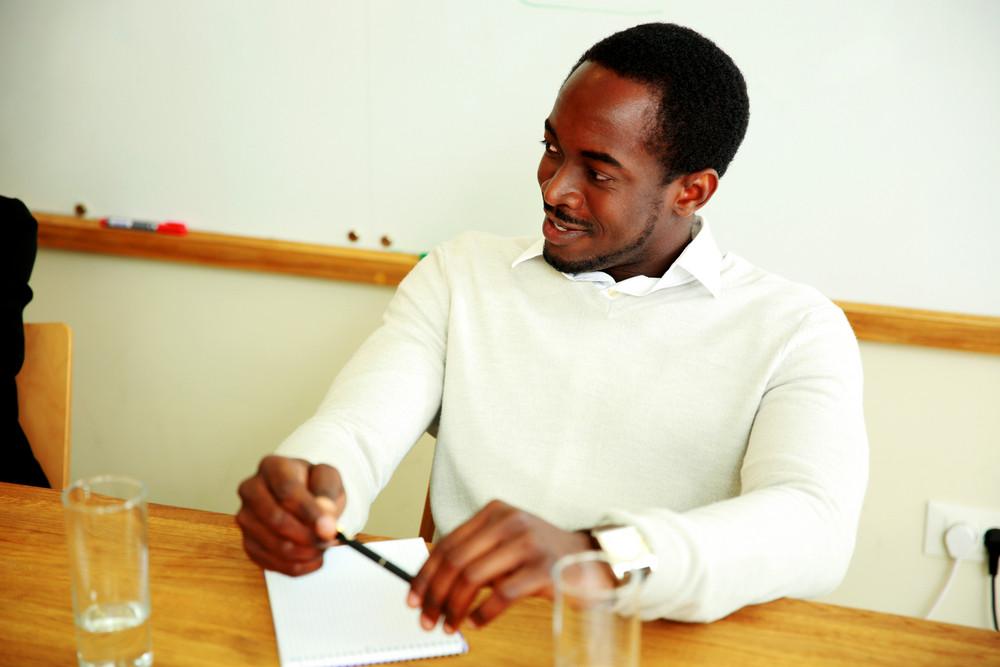 在辦公會議上快樂的非洲商人