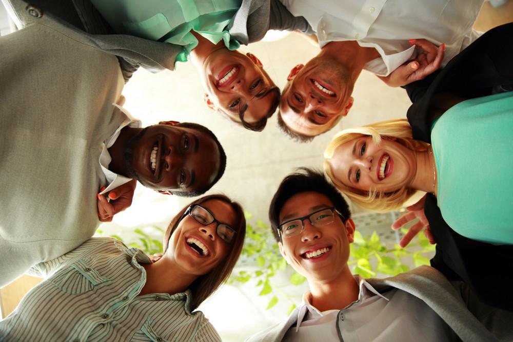 Gente di affari felice con la testa insieme che rappresenta il concetto di ftiendship e lavoro di squadra