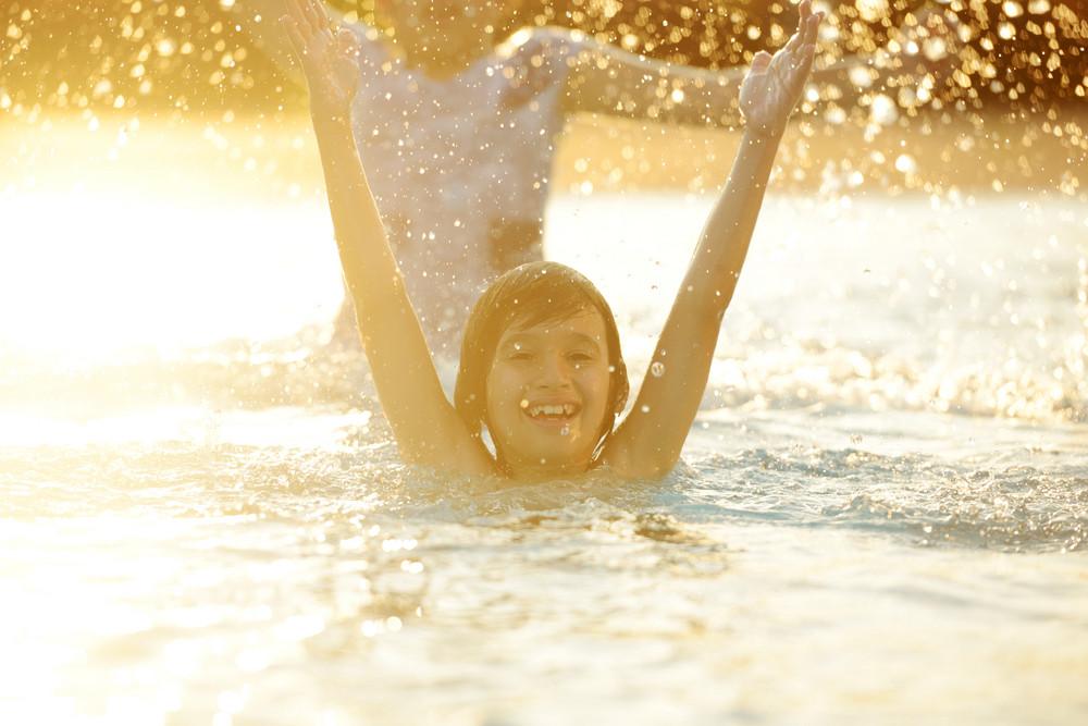 快樂的孩子玩在炎熱的夏季