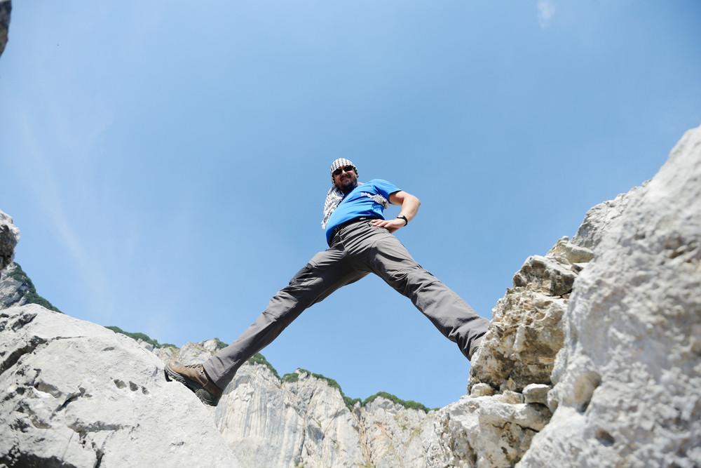 概念設計のための山の頂上に男