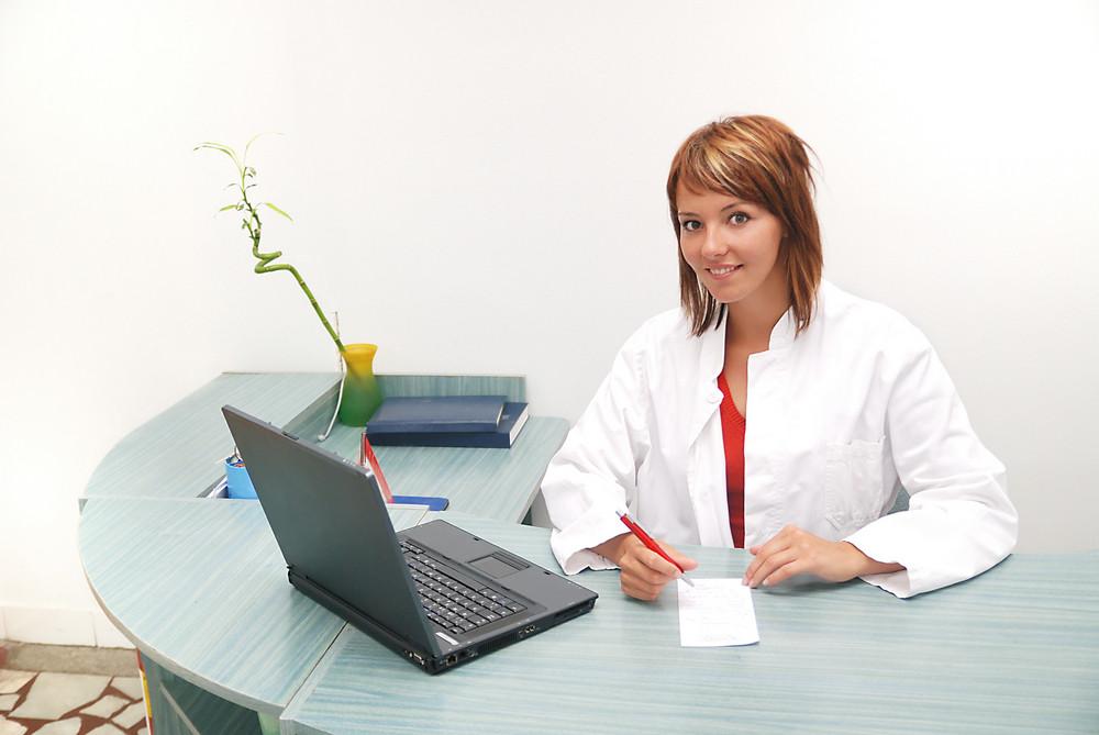 Smilling nurse with laptop