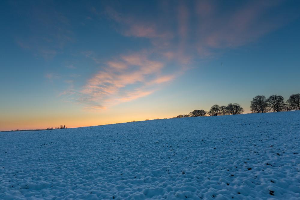 nascer do sol de inverno bonito ou pôr do sol paisagem. Sun sobre o campo agrícola.