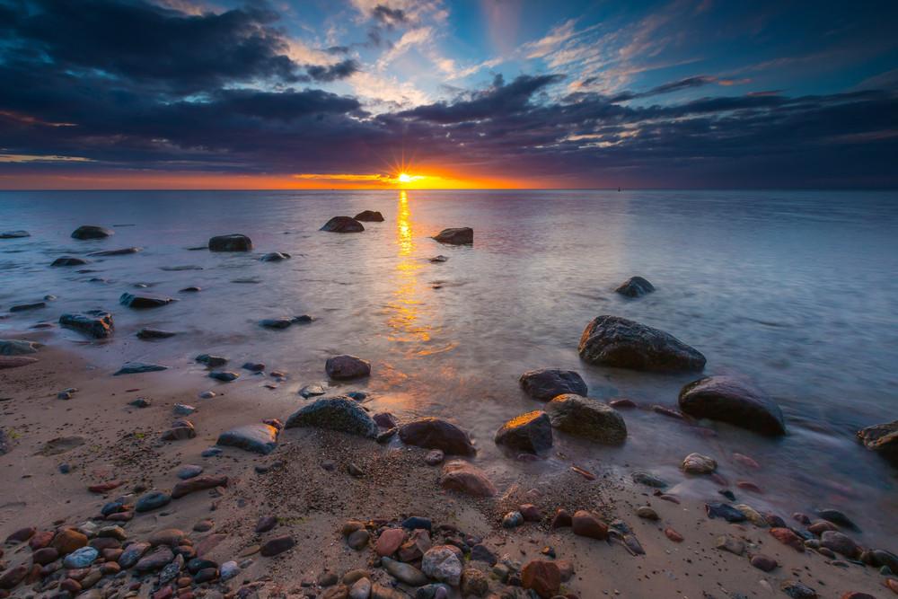 Beautifu mar rochoso ao amanhecer ou no pôr do sol. paisagem de longa exposição. mar Báltico perto de Gdynia, na Polónia.