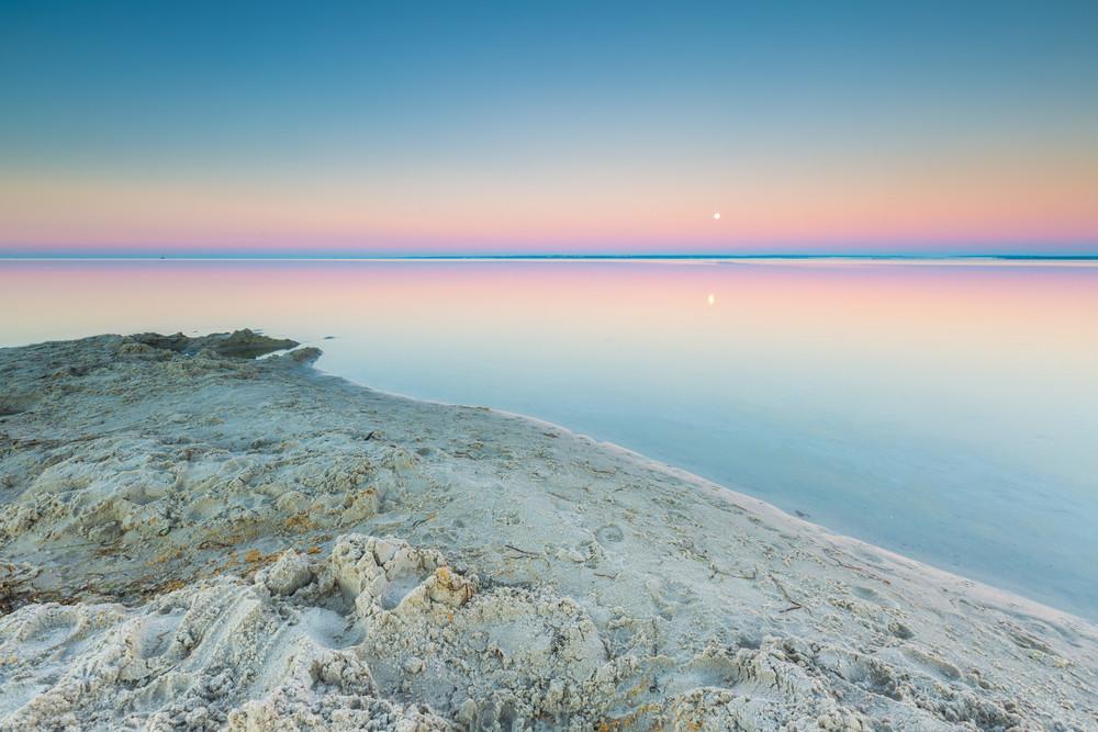 Seascape bonito de Bay antes do sol nascer. lugar calmo em Jastarnia na Polónia