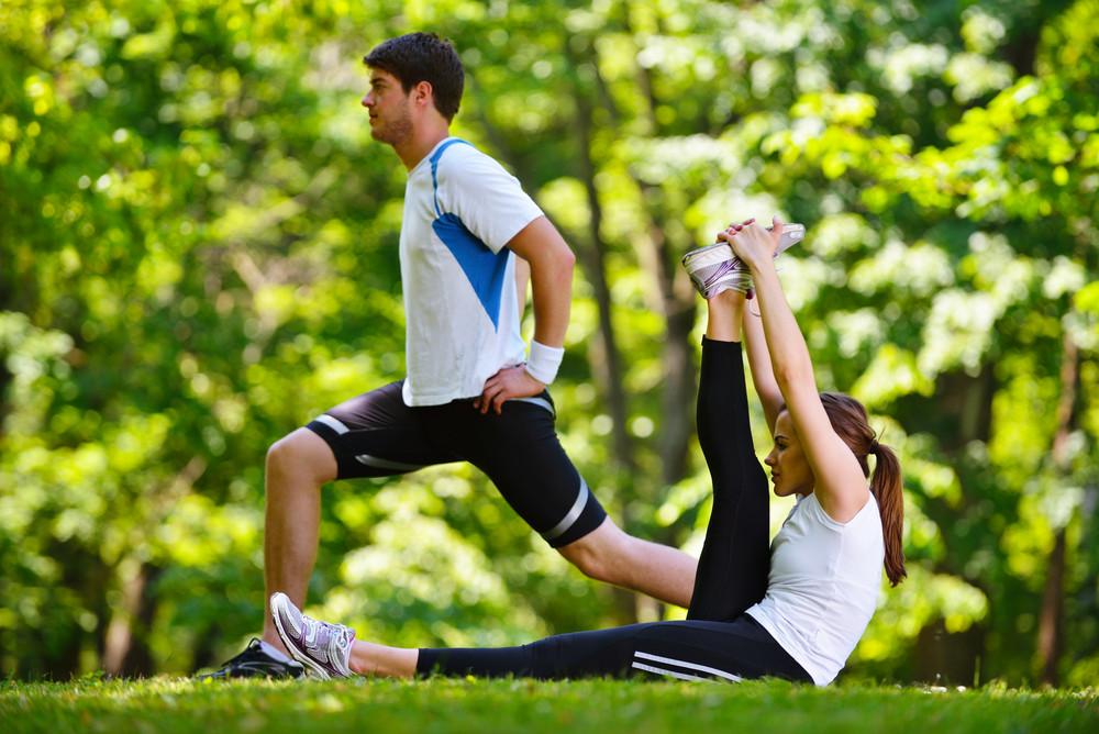 夫婦做伸展運動慢跑後