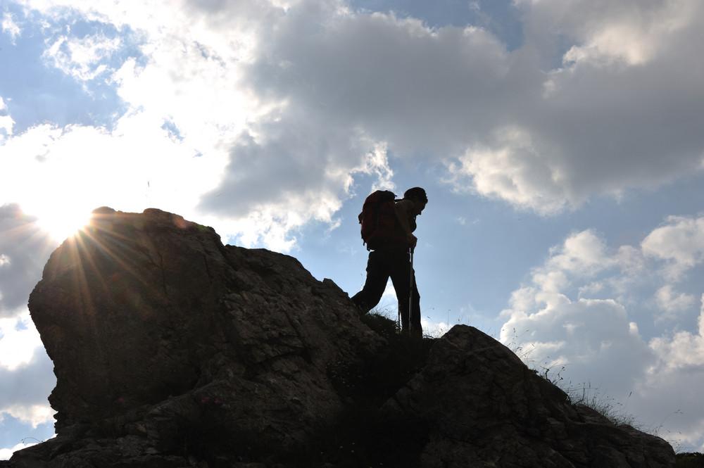 Silhueta de uma mulher durante e adventage escalada e passeios de montanha