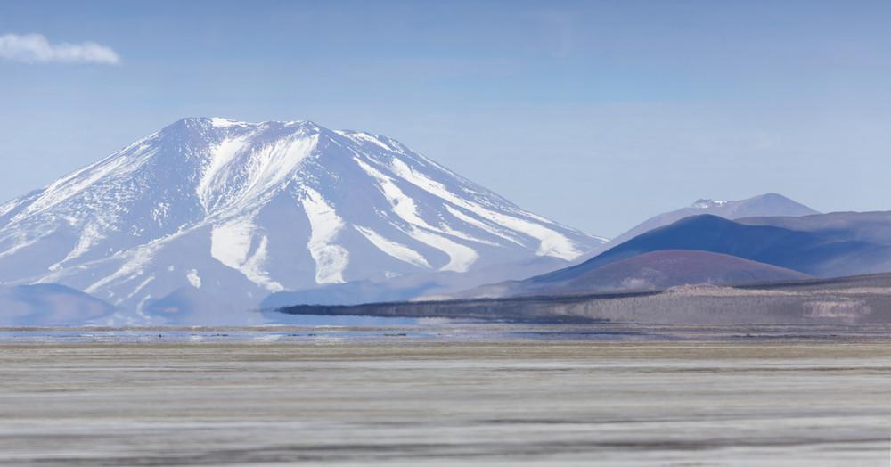 Montanha coberta de neve e um lago tranquilo