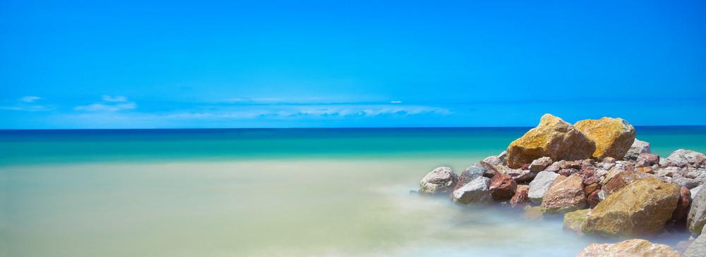 Pedras na praia do mar