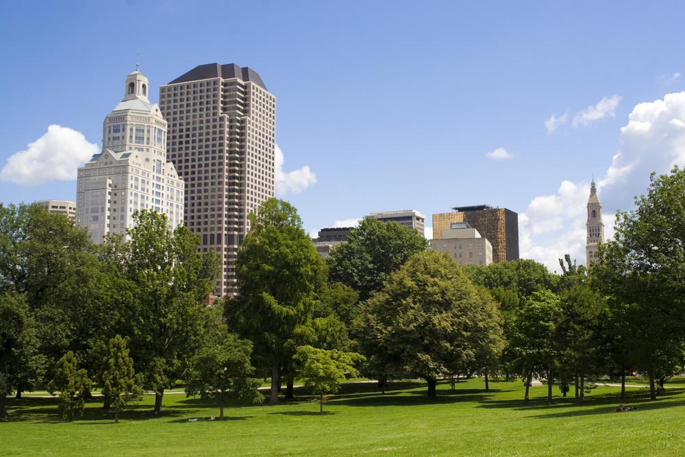 The Hartford Connecticut Skyline der Stadt von Bushnell Park aus gesehen.
