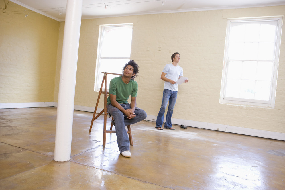はしご保持紙と空の空間で二人の男