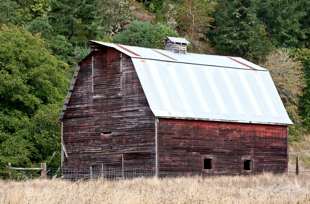Vintage Red Country Barn