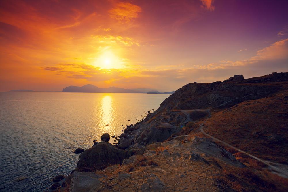戲劇性的日落岩石海岸