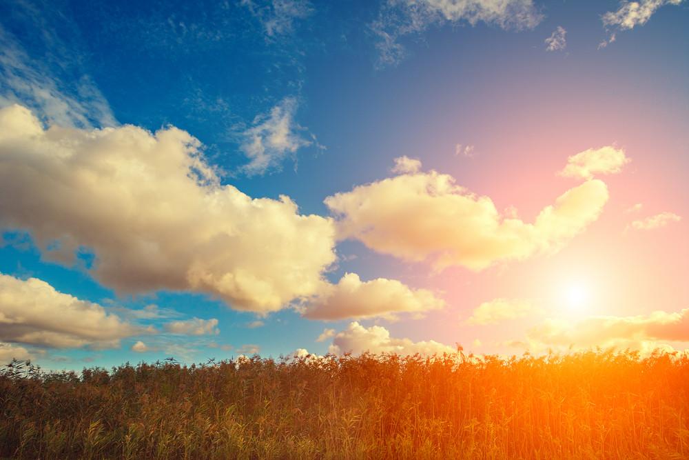 Sinrise在與多雲的天空場