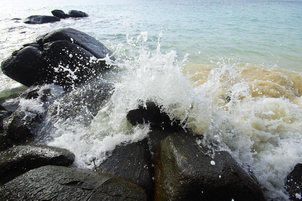Waves crushing into the rocks (Phuket, Thailand)