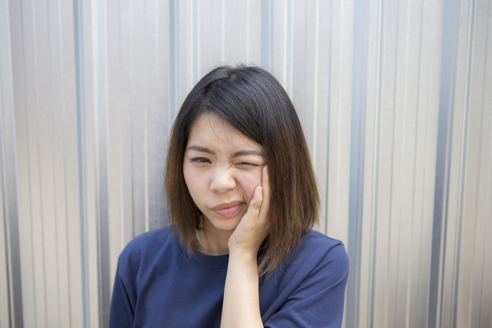 Woman shorthair unhappy with toothache