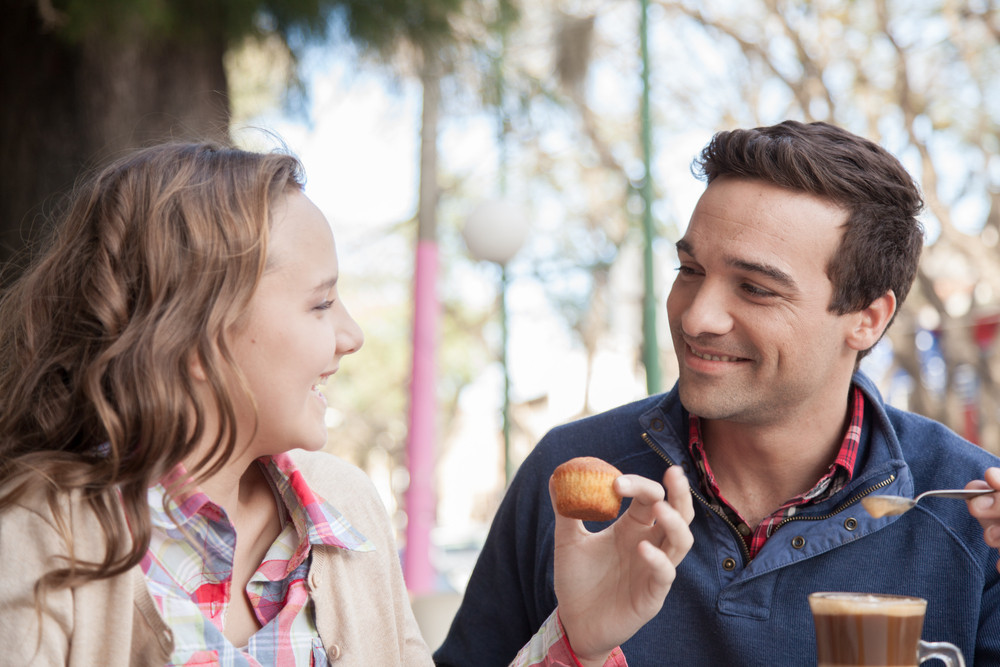 young girl and man driking a capopuccino