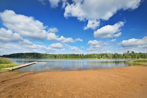 Lake Shore E Um Cloudscape bonito. Letônia
