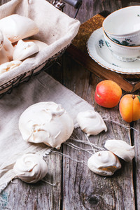 Meringue With Apricot