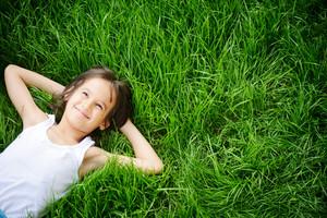 快樂的小男孩享受在草地和夢想