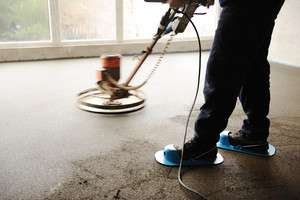 Equating and leveling fresh cement for the floor