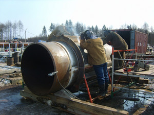 Privarivaniye of zhestvost edges to a piece of the pipeline. installation works.