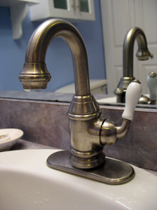 A really nice bathroom faucet - complete with beer-tap style handle to adjust the flow.
