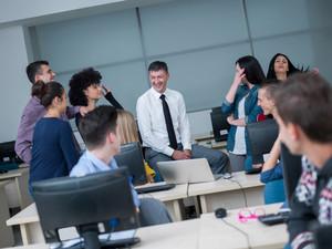 在計算機實驗室學生的老師集團