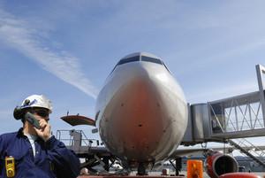 airplane mechanic and jumbo jet