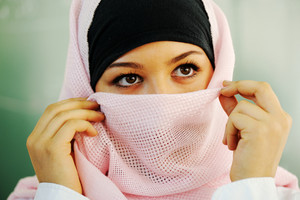 고등학교 교실 보드에 포즈 내부 아랍어 이슬람 십 대 학생