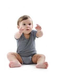 寶寶坐在地板上,在白色孤立