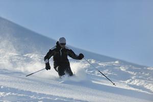 Man ski free ride