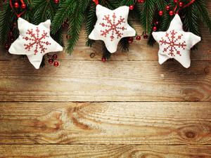 Weihnachten Tanne mit Dekoration auf einem Holzbrett