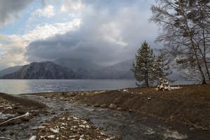 Céu nebuloso sobre a margem do lago